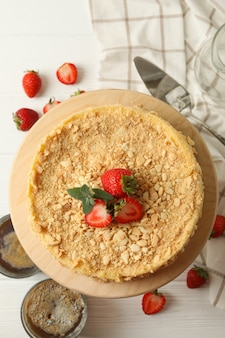 Концепция вкусного обеда с тортом наполеон с клубникой