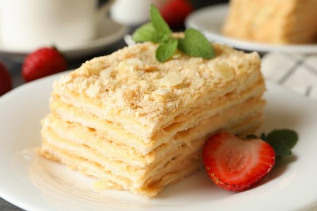 Концепция вкусного обеда с тортом наполеон