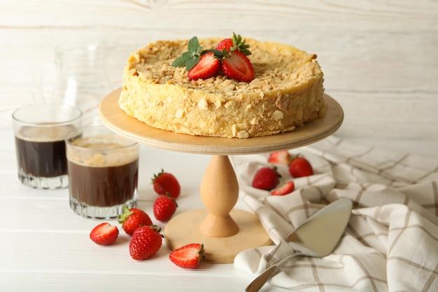 딸기 나폴레옹 케이크 스탠드와 함께 맛있는 점심의 개념