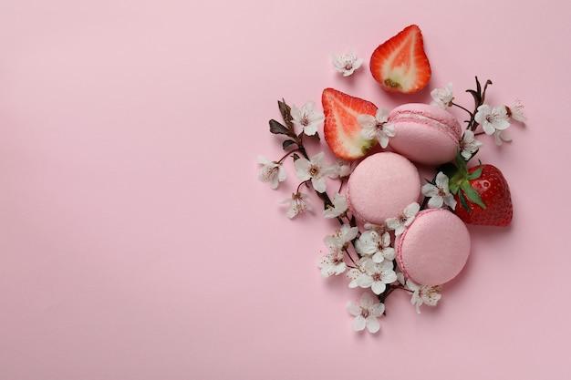 분홍색 배경에 맛있는 마카롱의 개념