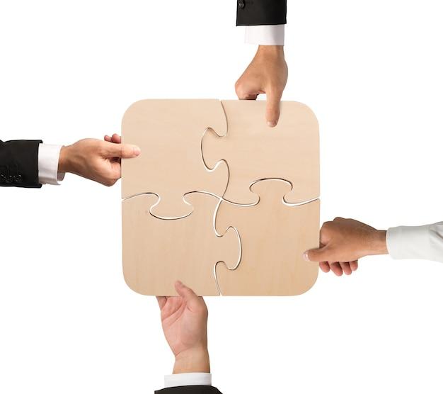 Концепция команды, которая работает вместе с головоломкой
