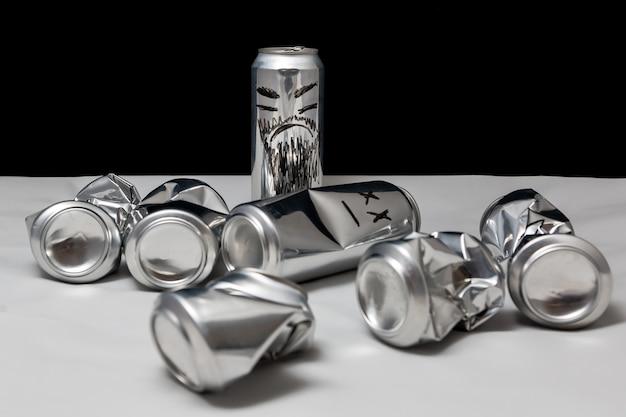 테러리즘의 개념 그려진 이모티콘이 있는 알루미늄 캔 구겨진 열린 및 빈 화난 이모티콘