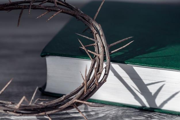 聖週間のコンセプト。いばらの冠と聖書。