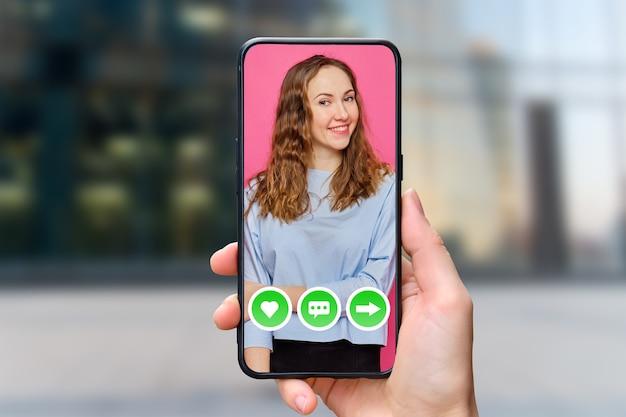 젊은 여자와 휴대 전화에서 온라인 데이트 응용 프로그램의 인터페이스 개념