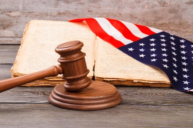 アメリカの法則の概念。古い机の背景。