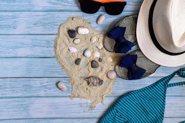 Понятие летнего времени, путешествия. пляжные аксессуары на светло-синем деревянном фоне с местом для текста. плоская планировка.