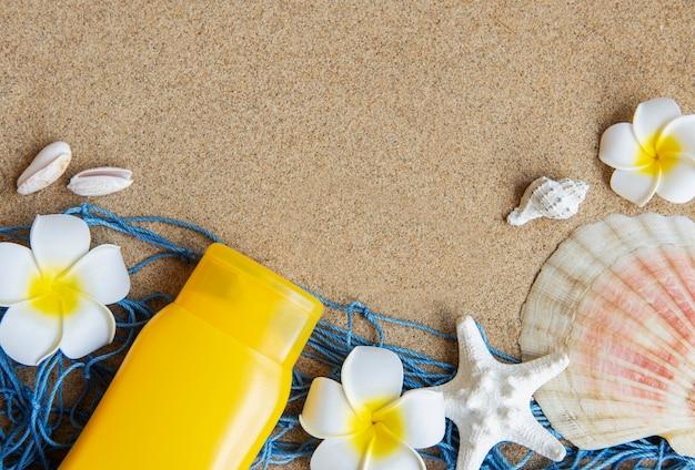 모래 배경에 물고기 별과 바다 조개와 함께 여름 여행의 개념