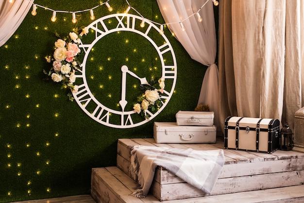 Концепция времени - антикварные часы в винтажном стиле на стене на интерьере