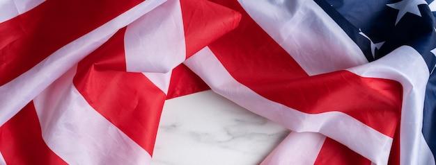 米国独立記念日または記念日の概念。明るい大理石のテーブルの背景に国旗。