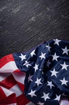 Концепция дня независимости сша или дня памяти. национальный флаг на фоне темного шиферного стола.