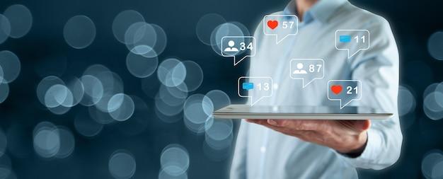 소셜 미디어에 태블릿을 사용하는 개념.