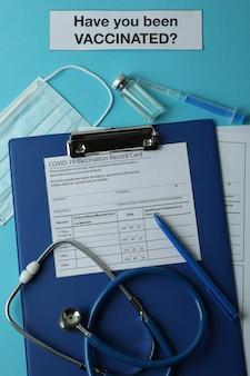 Концепция вакцинации с текстом были ли вы вакцинированы на синем столе