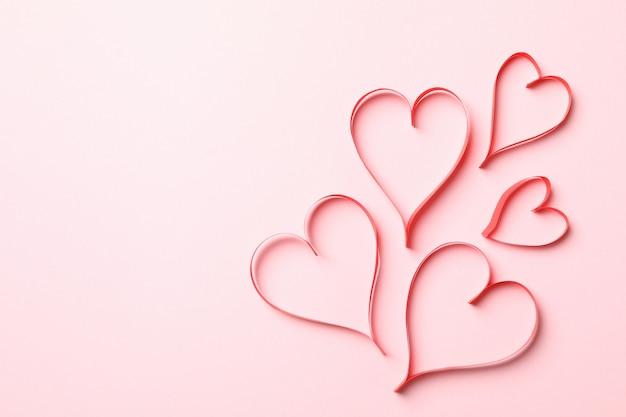 ピンクの背景に装飾的なハートとバレンタインデーのコンセプト