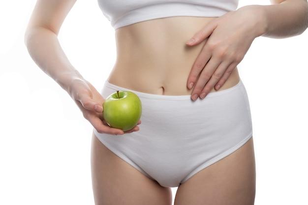 健康食品とおいしい食品ヘルスケア医療プラントの基本概念を食べるビーガン女性の概念。
