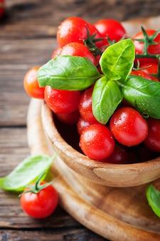 Концепция вегетарианской здоровой пищи с помидорами и базиликом