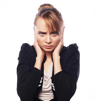 Понятие о беспокойстве, шоке, страхе. деловая женщина в ужасе держит руку на голове, изолированную на белом
