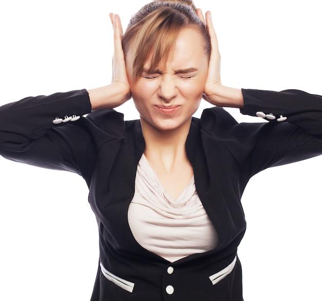 Понятие о беспокойстве, шоке, страхе. предприниматель в ужасе держать руку на голове. изолированные на белом фоне