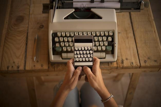 古いものと現代的な新しいテクノロジーを使って書いて作業するというコンセプト