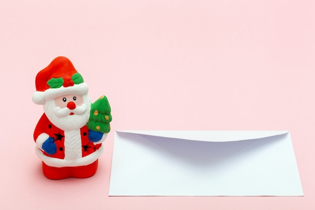 크리스마스와 새해 소원 성취를 위해 산타클로스에게 편지를 쓰고 보내는 개념