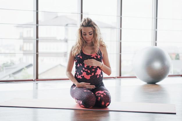 Концепция йоги и фитнеса беременность.