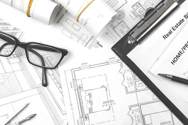 建築家、オフィスデスク建設プロジェクトのエンジニアと青写真のコンセプト写真