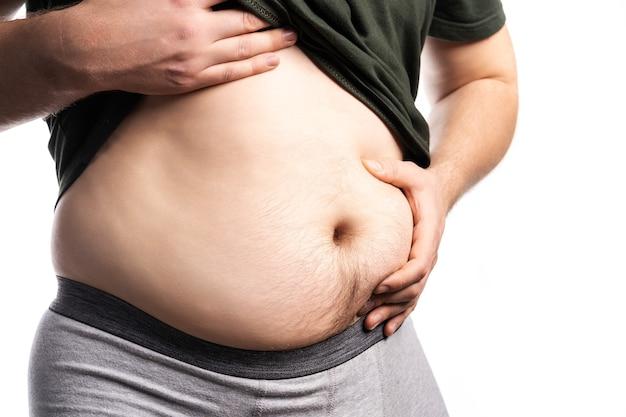 과체중, 지방 및 비만으로 인한 남성 건강 문제 및 위험의 개념 사진. 진짜 사람들. 공간 복사