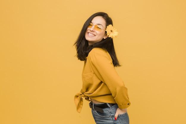春を感じて、メガネと髪の花の若い女性のコンセプト写真