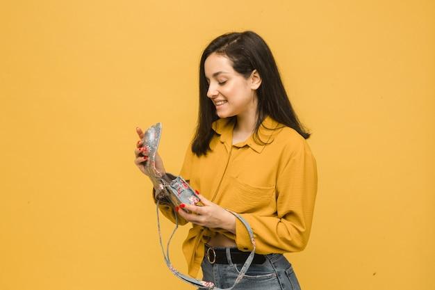 若い女性のコンセプト写真は彼女の財布を開いています