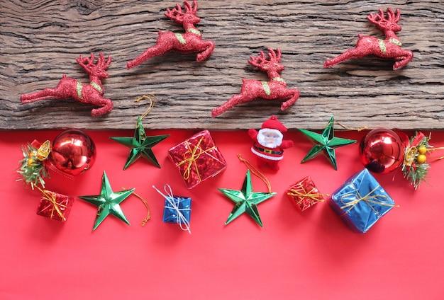 개념 순 록과 크리스마스 장식입니다. 상위 뷰 및 복사 공간이 있습니다.