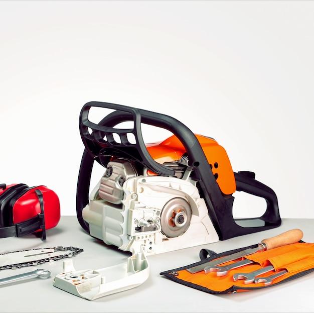 コンセプト修理チェーンソーとガソリン動力工具。