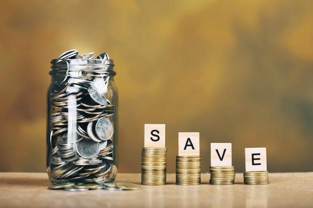 将来のためにお金を節約するコンセプト。お金を節約する金融概念のためのガラス瓶のコイン