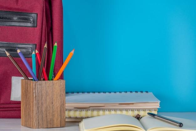学校concept.school用品と白いテーブルの上にバッグに戻る