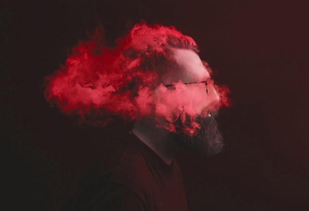 概念。煙が頭の男を包んでいた。煙でひげを生やした、スタイリッシュな男の肖像画。
