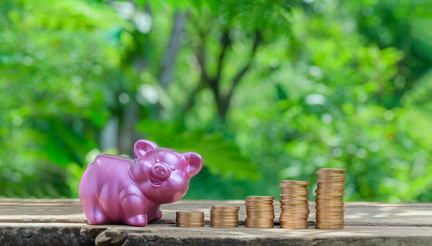 Концепция сложенных монет инвестировать в акции экономить деньги