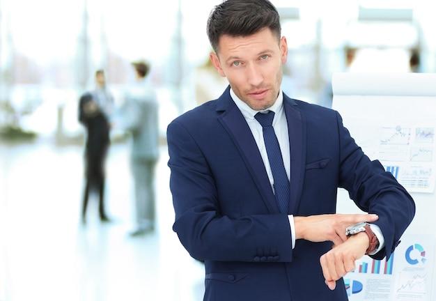 개념-시간 관리. 사업가 재정 일정의 배경에 그의 시계를 가리키는
