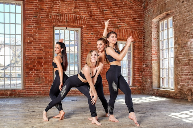 コンセプトチームワーク運動ライフスポーツ、美しさ、成功トレーニングの前に楽しんでいるフィットネスルームの美しいフィットネスの女の子