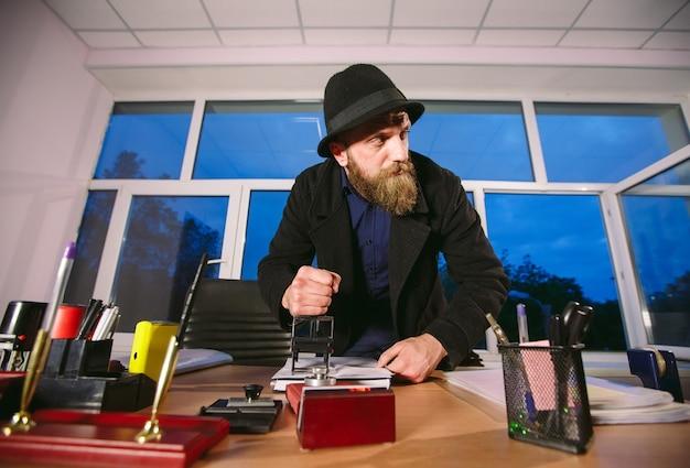 概念。泥棒はオフィスで盗みます。オフィスでスパイ。