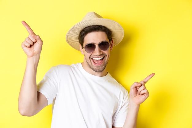 Concetto di turismo e vacanza primo piano dell'uomo che si gode le vacanze in viaggio ballando e puntando il dito...