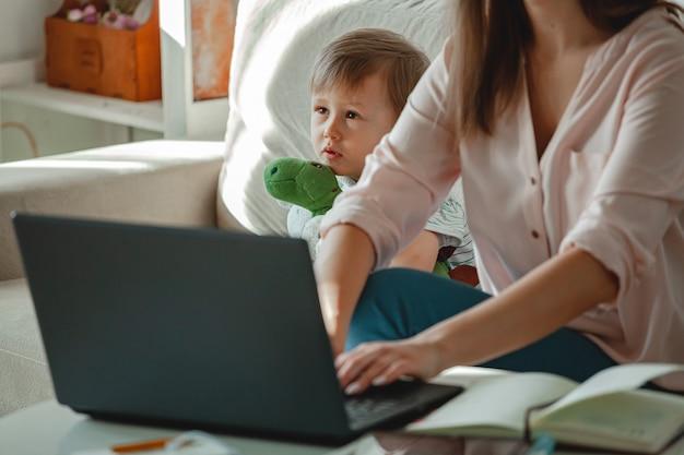 가정 및 가정 가족 교육에서 개념 작업, w 일하는 어머니