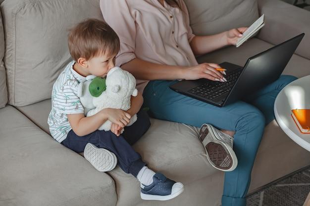 가정 및 가정에서 개념 작업 가족 교육, 어머니는 노트북으로 작업