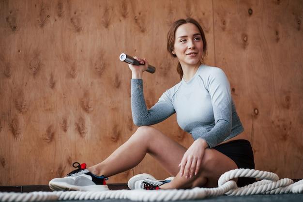 Концепция здравоохранения. спортивная молодая женщина имеет фитнес-день в тренажерном зале в утреннее время