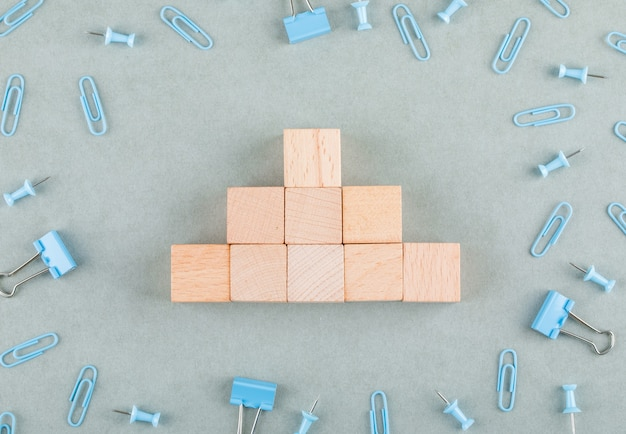 Concettuale di affari con blocchi di legno, graffette, clip legante.