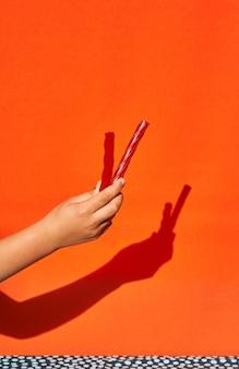 2つの甘草を持つ概念的な子供の手。
