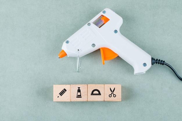 Concettuale di cucinare con blocchi di legno con icone, pistola per colla.