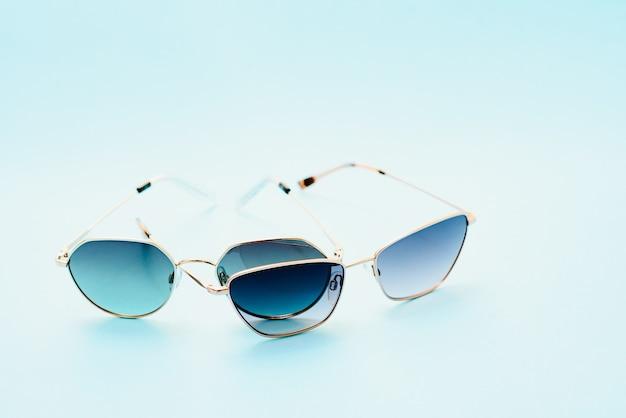 Концептуальные элегантные солнцезащитные очки, изолированные на белом фоне. солнцезащитные очки летние аксессуары как элемент дизайна для промо или рекламного баннера. фото высокого качества