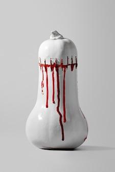 Концептуальный плакат хэллоуина с изображением тыквы франкенштейна с пятнами крови и швами на сером фоне