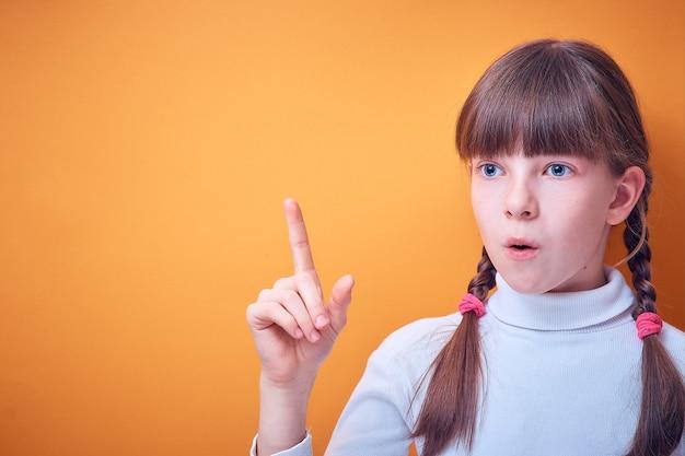 概念的なアイデア、白人の十代の少女は色付きの人差し指を示しています