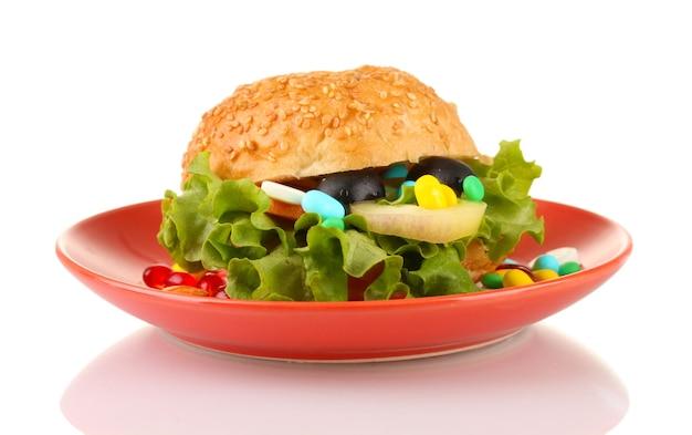 Концептуальный образ для ухода за питанием: набор витаминов и пищевых добавок в булочке.
