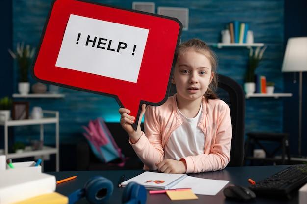 도움이 필요한 어린 여학생의 개념적 이미지