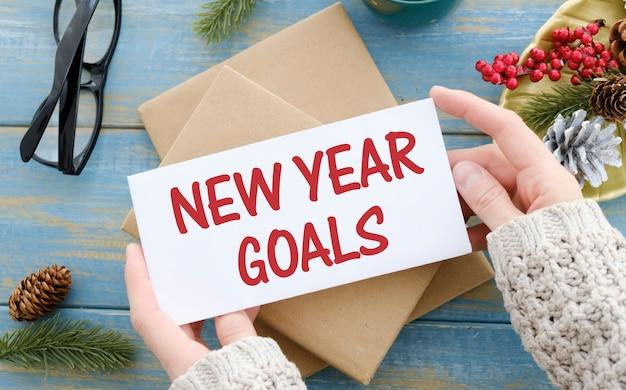 Концептуальный блокнот на деревянном столе. открыть дневник и ручку с новогодними целями